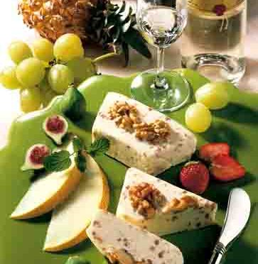 Käseteller mit Walnusskäse und Früchten
