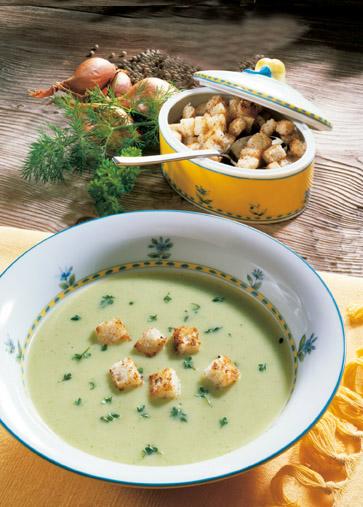 Frühlingsfrische Kräutersuppe mit Joghurt Foto: Wirths PR