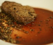 Leckeres Sardellen-Schweinesteak mit wenig Kohlenhydraten