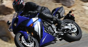 12-Yamaha-R1-action-left