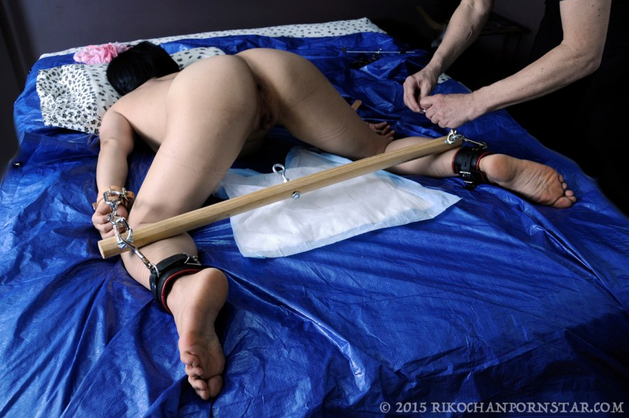 Rikochan completely helpless with a spreader bar