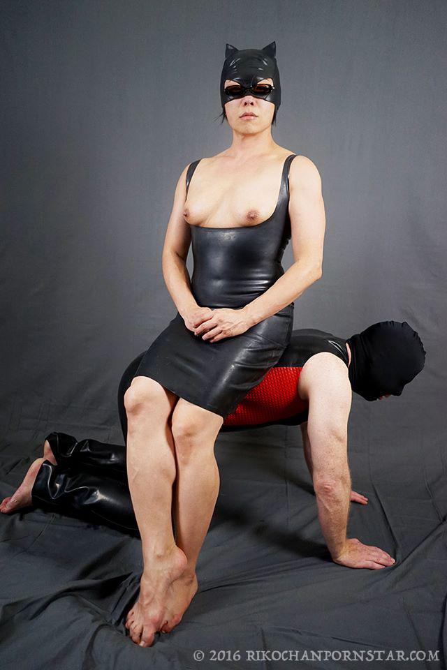 Rikochan's latex chair slave