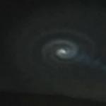 謎の発光体がノルウェーで撮影される!回転しながら飛行?