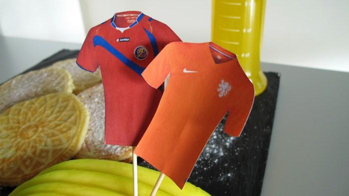 Trikot-Fähnchen der beiden Mannschaften auf costa ricanischen Stroopwafels
