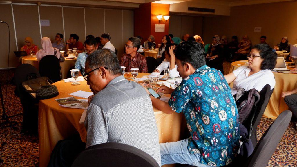 Suasana workshop Belajar dari Proses Pra dan Paska Hutan Adat di Indonesia: Menuju Percepatan Hutan Adat yang Berkualitas. Selain pemerintah dan FAO hadir juga perwakilan masyarakat adat dan sejumlah koalisi hutan adat, yakni YMP (Sulteng), AMAN Sulsel, LBBT (Kalbar), RMI Bogor, HuMa (Jakarta), dan Qbar (Sumbar). Dok. RMI