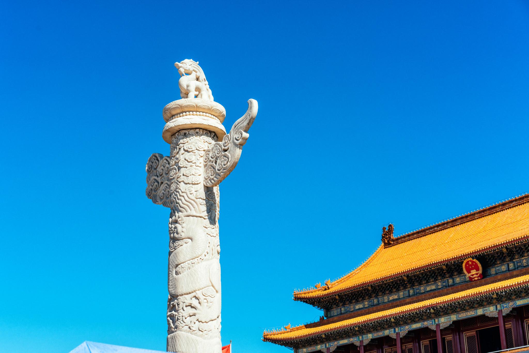 天安门的华表是用 汉白玉石柱雕制的非常精美,且前后各有一个.图片