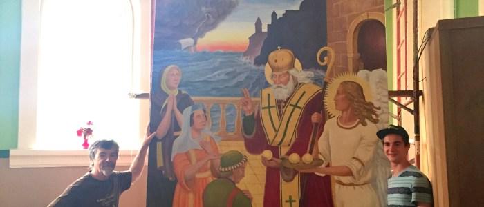 """Installation de la nouvelle peinture murale """"Saint Nicholas"""" dans l'église Immaculate Conception à Cook's Creek, MB."""