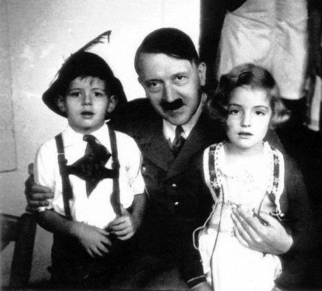 Adolf Hitler with kids (foto Pinterest)