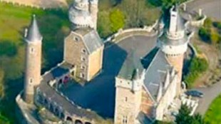 """""""Chateau Amerois"""" or """"Mothers of Darkness Castle"""" (foto YouTube)"""