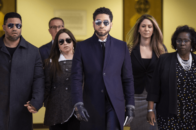Actor Jussie Smollett, center, leaves the Leighton Criminal Courthouse in Chicago after prosecutors dropped all charges against him (foto Ashlee Rezin, Sun:Times)