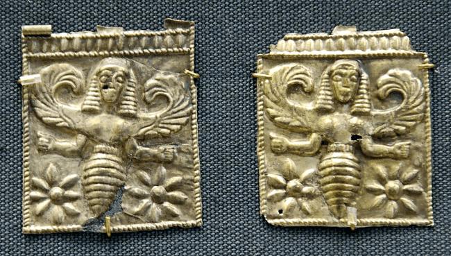 Gouden plaketten met de gevleugelde Bijengodinnen, mogelijk de Thriai, gevonden in Camiros Rhodos, 7e eeuw v.Chr. (foto British Museum/ Wikipedia)