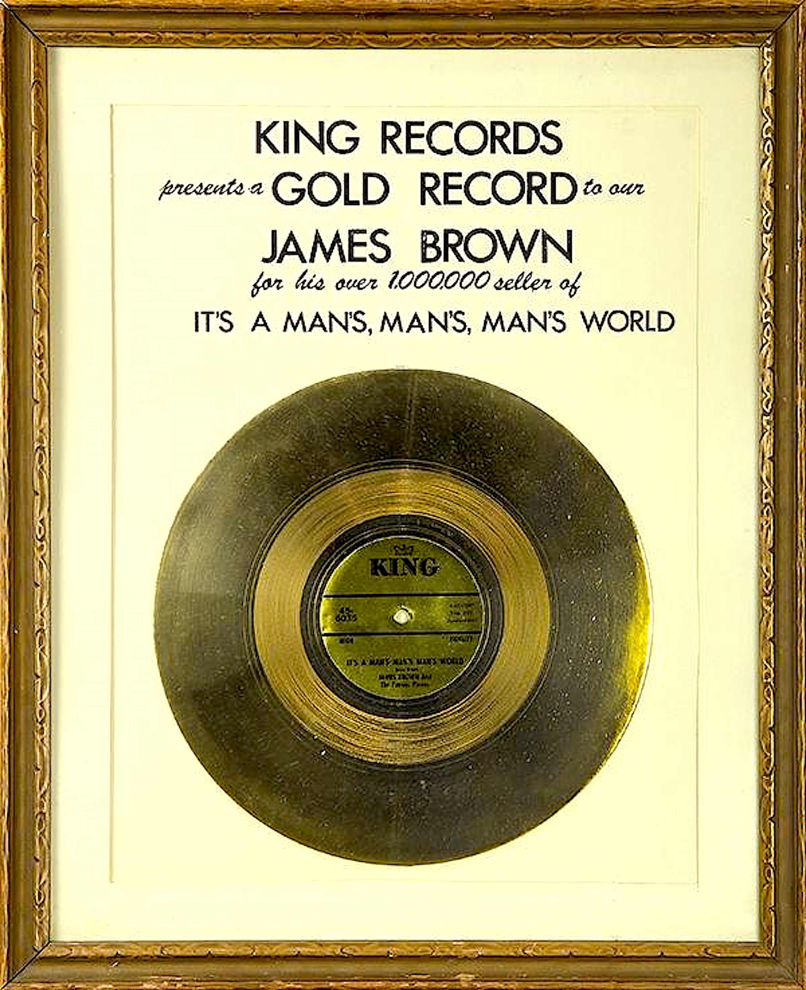 King Records presents a GOLD RECORD to our JAMES BROWN for his over 1.000.000 seller of IT'S A MAN'S, MAN'S, MAN'S WORLD (foto Bidsquare)
