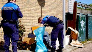 Van rondslingerend afval wordt een melding gemaakt en er wordt gezocht naar eventuele verdachten (foto Suzanne Rijnja)