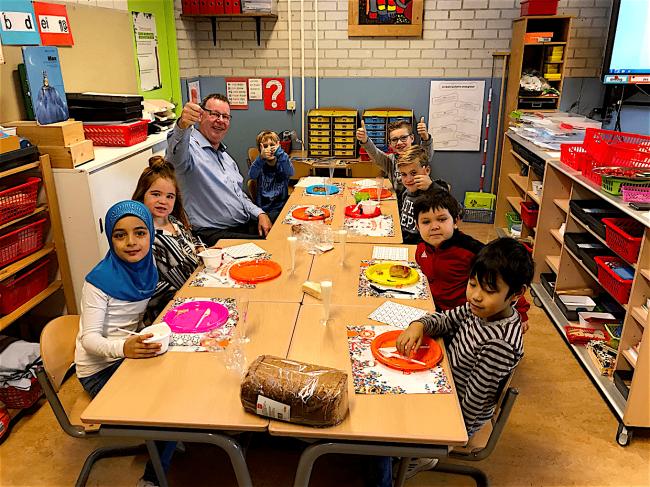 Wethouder Peter de Vrij als lid college B&W Den Helder te gast op de Jac. P. Thijsseschool voor het nationaal schoolontbijt (foto Peter de Vrij:Twitter)