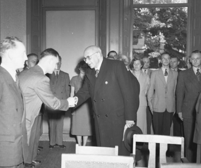Afscheid Cort van der Linden in 1951 bij de Gemeentepolitie (foto RHC Groninger Archieven)