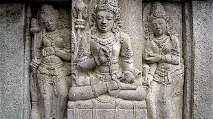 A male devata, flanked by a two apsaras, Vishnu temple, Prambanan (foto Wikipedia)