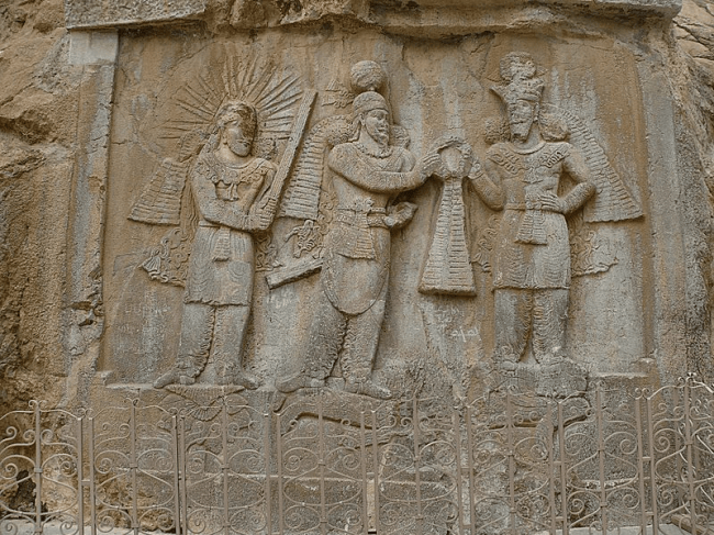 The Coronation of Ardashir II. Ardashir II appears in the middle, receiving the diadem from Shapur II on the right, with Mithra standing to the left. (foto Wikipedia)