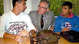 Burgemeester Koen Schuiling met minderjarige asielzoekers (foto NHD)