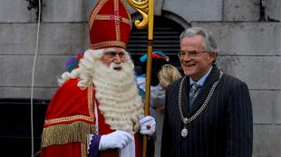 Sint wordt in Groningen welkom geheten door burgemeester Koen Schuiling, voorheen burgemeester van Den Helder (foto Twitter)