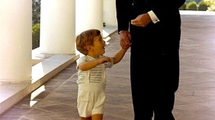 Two JFKs, president Kennedy and his son,10 October 1963  (foto Cecil Stoughton/Wikimedia)