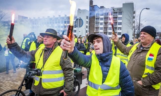2018-12-08 14:36:59 MAASTRICHT - Betogers nemen, gekleed in gele hesjes, deel aan een protestwandeling. In navolging van het protest in Frankrijk en Belgie zijn ook in Nederland op meerdere plaatsen betogers in felgele hesjes de straat opgegaan om te demonstreren tegen een regering die zich volgens hen onvoldoende bekommert om hun situatie. ANP MARCEL VAN HOORN