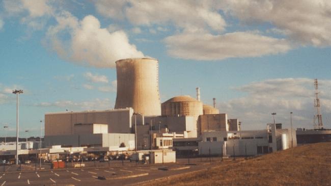 Kerncentrale Civaux in Frankrijk te Civaux, Vienne, de koeltoren en twee koepels van reactoren zijn zichtbaar vanaf het parkeerterrein (foto Wikipedia)