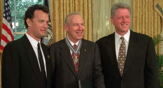 Tom Hanks at White House with Epstein Island's Bill Clinton (foto before It's News)