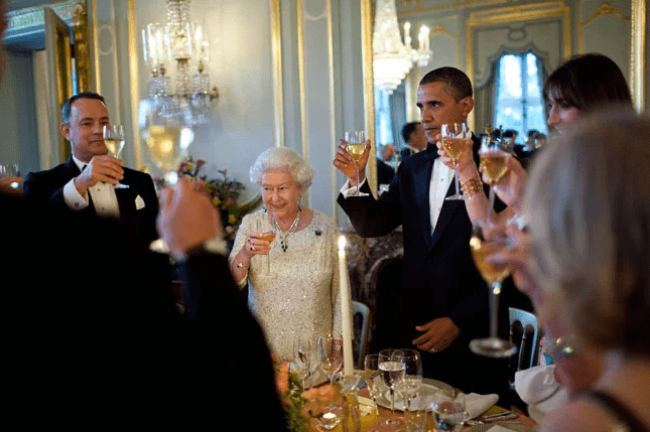 Tom Hanks toasting the Queen (foto Before It's News)