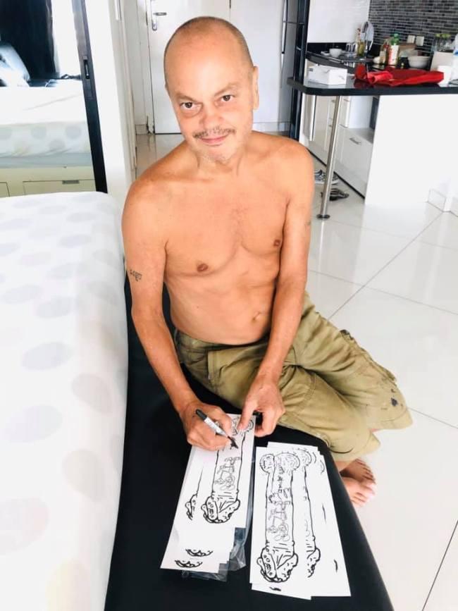 Peter Klashorst signing his Penis Print in Bangkok appartment (foto Facebook)