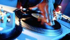 DISC JOCKEY, HAND ON TURNTABLE, CLOSE-UP (LONG EXPOSURE)