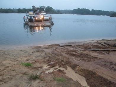 Diese Fähre in Guyana bringt uns über einen Fluss. Die Tagesaufgabe für heute.