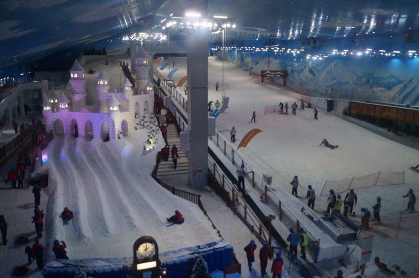 Visão geral da área de neve.  A parte da direita é de esqui e snowboard, deve ser paga à parte.