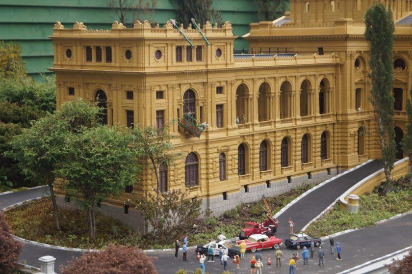 Acidente no MiniMundo:  Trabalhador pendurado no andaime, na fachada do museu do Ipiranga!