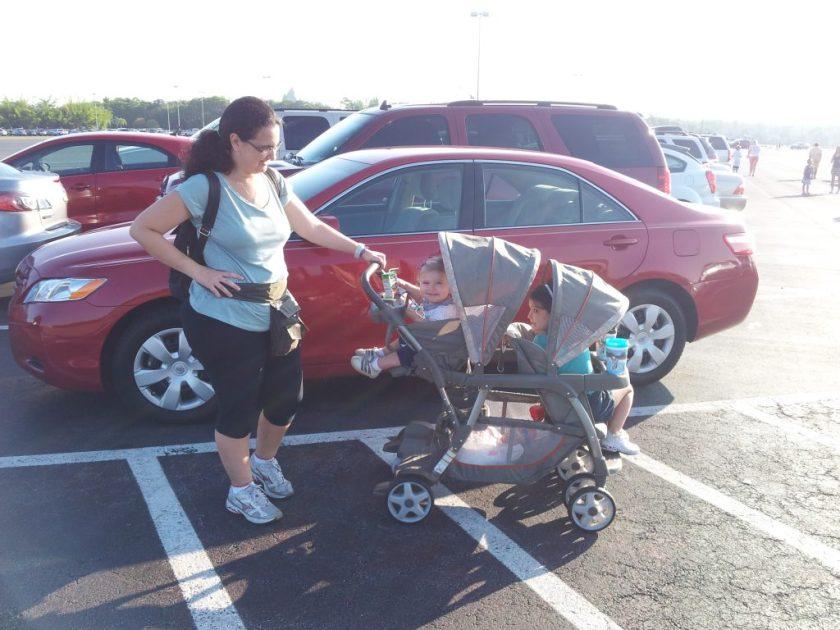 Compramos um carrinho duplo para crianças em idades diferentes
