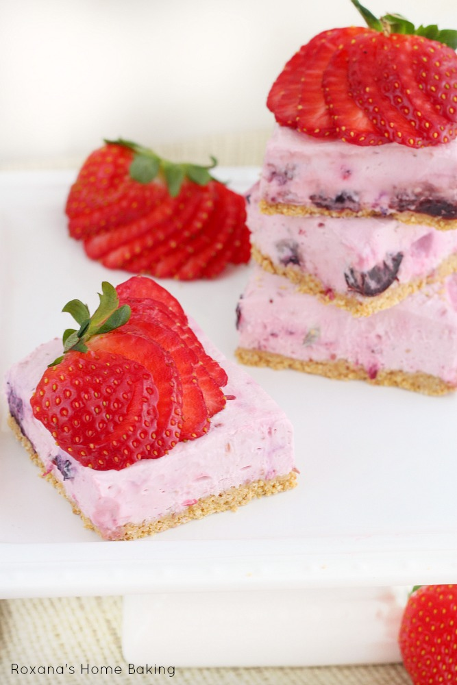 Berry cheesecake bars - Creamy and full of flavor you won't believe they are a guilt free version of the regular baked cheesecake bars