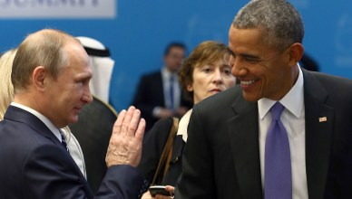 U.S. President Barack Obama (R) chats with Russia's President Vladimir Putin prior to a working session at the Group of 20 (G20) leaders summit in the Mediterranean resort city of Antalya, Turkey, November 16, 2015. REUTERS/Kayhan Ozer/Pool