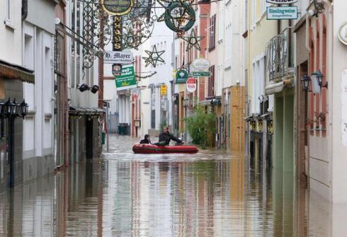 Затопленная улица в городе Цела у реки Мозел в южной части Германии.