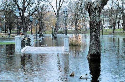 Рига во время наводнения 2005 г.  Фото: Пётр Бокатанов