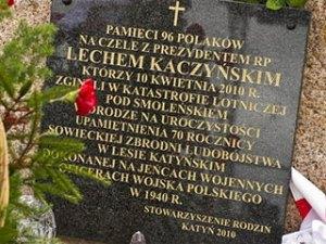 """На новой доске нет слов о том, что погибшие направлялись на памятные мероприятия, """"посвященные 70-й годовщине советского геноцида в катынском лесу над военнопленными польскими офицерами"""""""