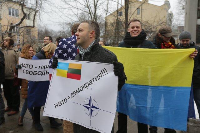 А эта группа людей выступала в защиту  США и НАТО