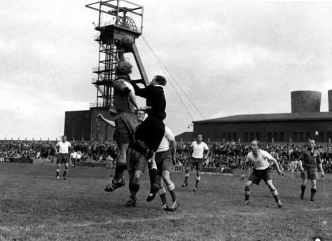 Die Geschichte des Fußballs im Revier ist eng mit der Geschichte von Zuwanderung und Integration verknüpft. Das Foto zeigt das neben der Zeche Mont Cenis in Herne gelegene Stadtion des SV Sodingen während eines Spiels in den 1950er Jahren. Foto: Stadt Herne
