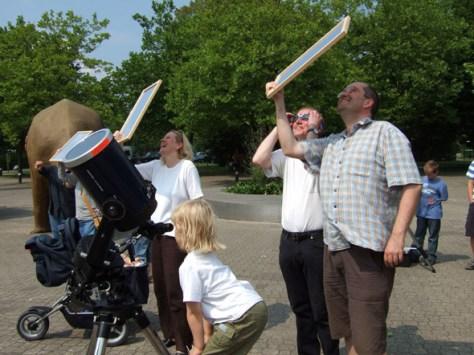 Live-Beobachtung der Sonnenfinsternis im und vor dem Planetarium Münster. Foto: LWL/Fialla