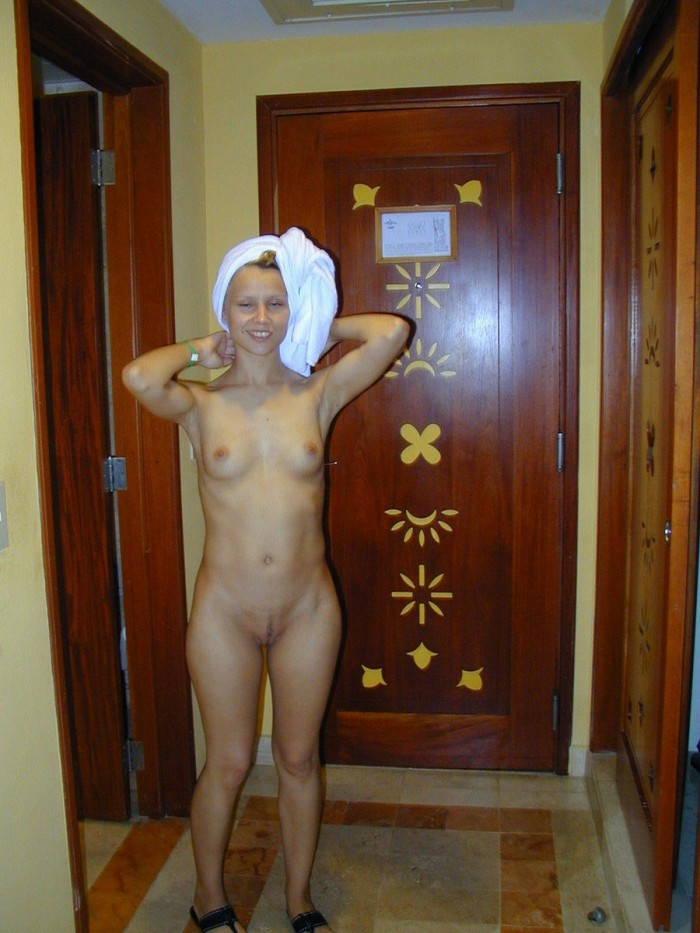 Teen blonde with small tits posing naked at home