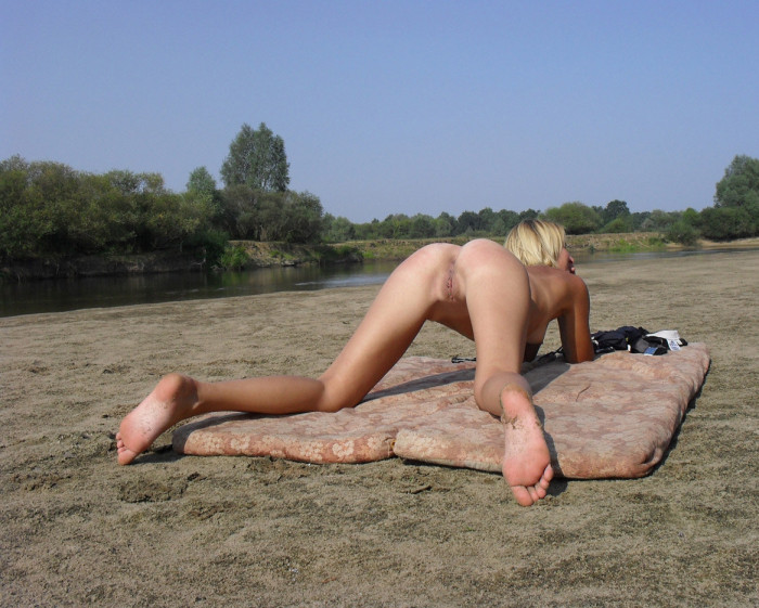 Lovely sporty blonde shows her perfect ass outdoors