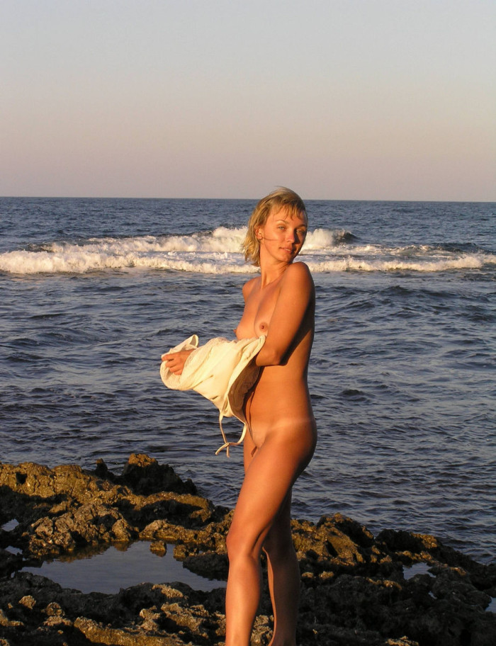 Nice Short Haired Blonde Milf With Tan Lines Posing Naked At The Sea