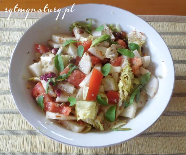 Sycąca surówka z białej rzodkwi i pomidorów
