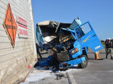 Resultado de imagem para caminhão bate em outro