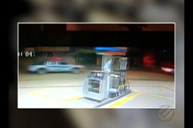 Bandidos fazem policiais reféns e roubam caixas eletrônicos de agência bancária de Jacundá