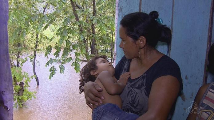 Primeira família é retirada de casa por causa da cheia do Rio Madeira