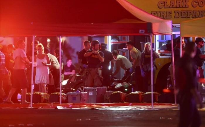 Médicos tratam feridos enquanto polícia de Las Vegas busca por suspeitos após centenas de tiros serem disparados em frente a resort e casino de Las Vegas (Foto: Chase Stevens/Las Vegas Review-Journal via AP)